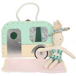 KRÓLICZEK w letniej stylizacji w mini walizeczce